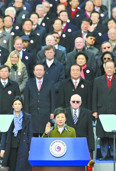 朴槿惠25日在国会议事堂前宣誓就职,成为韩国历史上首位女总统。