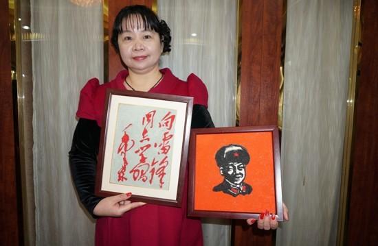 天津民间艺术家张金芳老师带来的学雷锋新作——两幅艺术沙画。