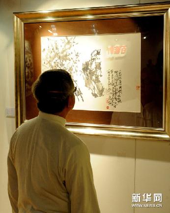 3月4日,嘉宾在艺术展上观看借院的作品。新华网图片 黄本强 摄