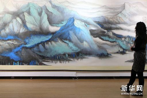3月5日,观众在欣赏李雄风的巨幅画作《大山水》。新华网图片 张燕辉 摄