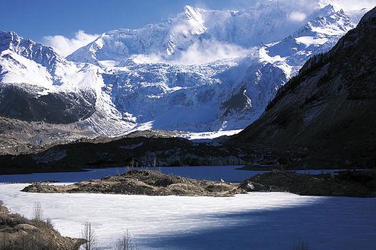 光线随时间迅速倾斜,冰川那份炫目,在日光被山体遮挡后逐渐转成冷峻的淡蓝
