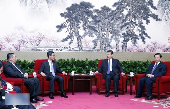 3月18日,中国国家主席习近平在北京中南海会见来京列席第十二届全国人民代表大会第一次会议闭幕式的香港特别行政区行政长官梁振英、澳门特别行政区行政长官崔世安。