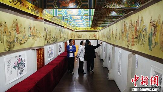 18日,重庆华岩寺展出本土画家刘清和绘制而成的长达百米的《五百罗汉图》。韩璐 摄