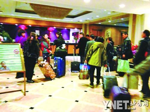 3月20日在巴黎遭抢的游客3月31日回到上海