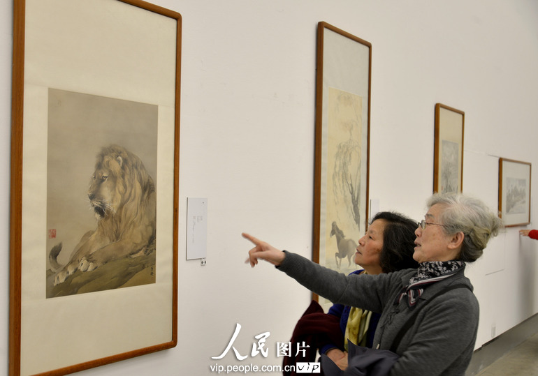参观者在浙江美术馆欣赏何香凝的绘画作品《狮》。