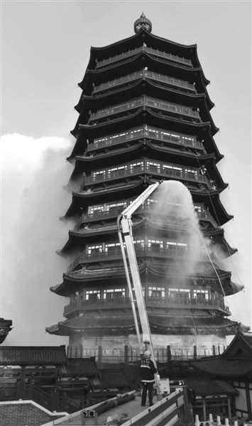 昨日下午,北京丰台区的园博园主建筑永定塔发生火灾。新华社发