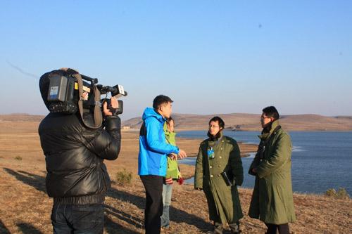 CCTV4远方的家节目主持人张梦路采访大山包保护区工作人员