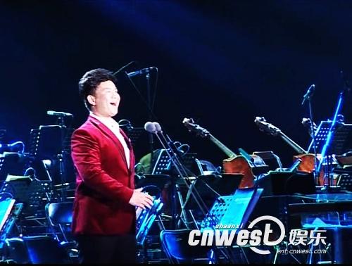 郝亮在比赛现场演唱《三峡情》