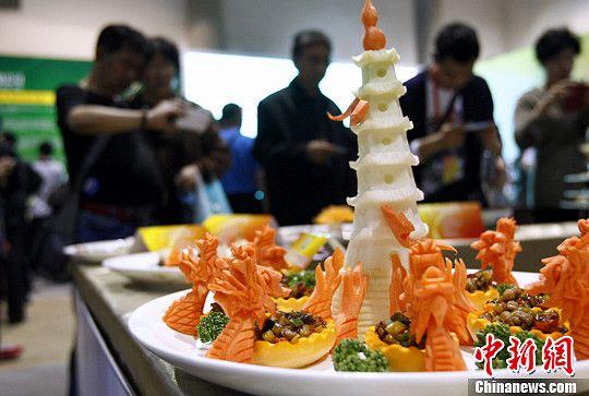 5月9日,参观者为厨师现场制作的新颖精美的厨艺作品拍照。中新社发 李慧思 摄
