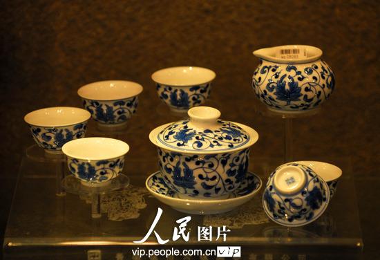 2013年5月12日,第六届中国武汉茶业博览交易会,制作精美的景德镇陶瓷茶器具。