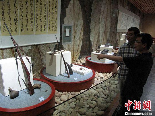 图为茶马古道命名者和文化推广者木霁弘教授(后者)在展览现场。中新社发 王林 摄