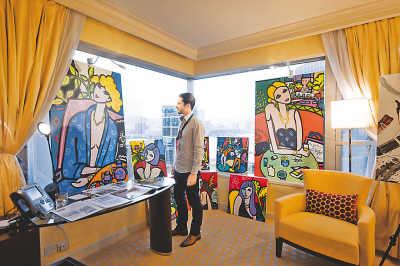 5月23日,亚洲当代艺术展在香港举行,展出来自16个国家和地区的约2000件艺术作品。亚洲当代艺术展旨在为当代艺术品买家和卖家提供一个欣赏、交易和探讨艺术作品的平台。图为参观者在欣赏展品。新华社记者  吕小炜摄