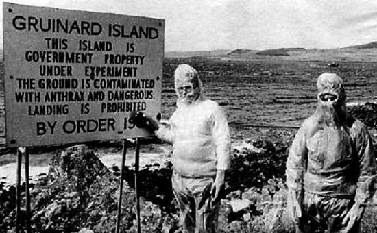 牌子上写着:该岛仅可用于政府进行实验,岛上土地已被炭疽病毒污染,禁止擅自登岛。