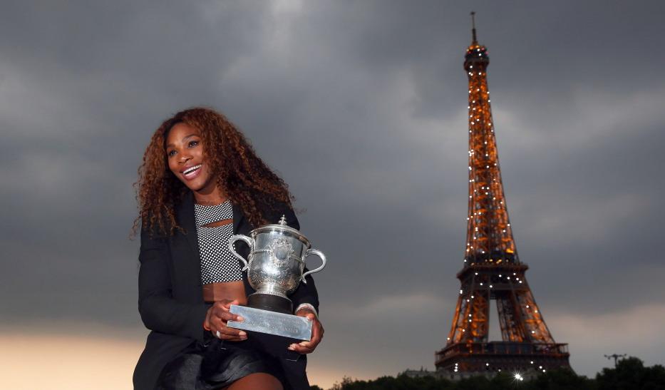 小威时隔11年再度夺得法网女单冠军后在埃菲尔铁塔前留念