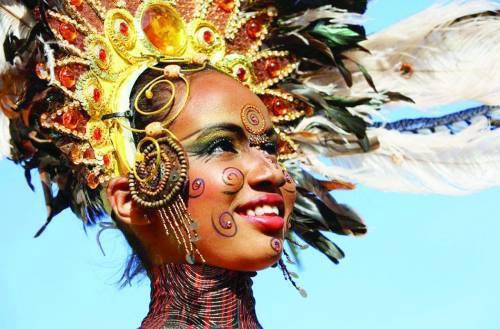 狂欢节时儿童的美艳装扮。