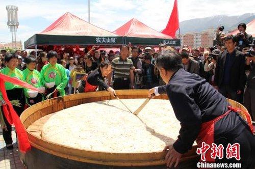 新疆巴里坤制作直径2.6米蒸饼 欲申吉尼斯(图)