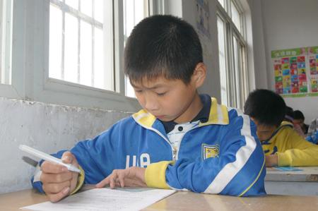 陈冲在课堂上认真作业