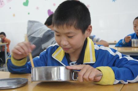 陈冲正在食堂吃饭