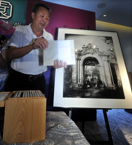 6月21日,台湾收藏家徐宗懋展示1873年拍摄的圆明园影像玻璃底片。这是至今确认最早的圆明园历史影像,影像中圆明园西洋楼的主体建筑仍清晰可见。新华社发(吴景腾 摄)