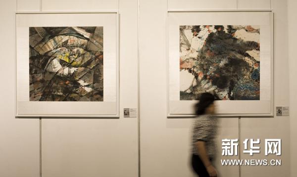 6月24日,观众在观看展品。新华网图片 吕小炜 摄