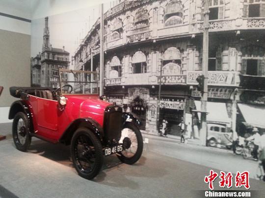 图为上世纪20年代上海流行一时的小汽车。 张明 摄
