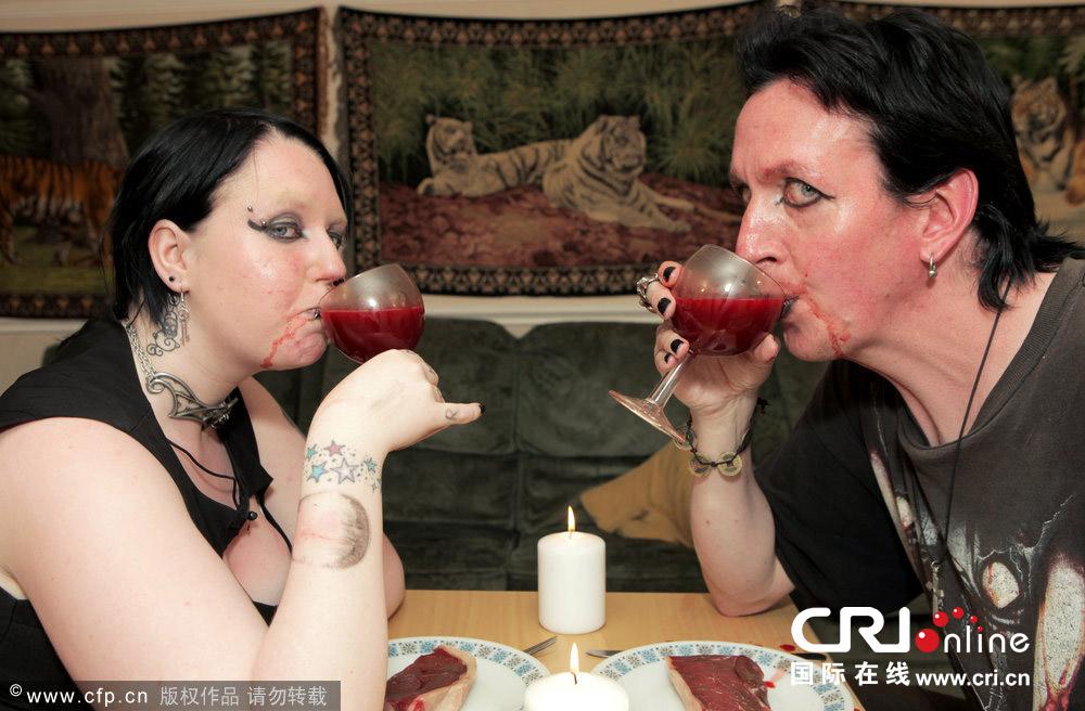 英国惊现吸血鬼夫妇 每周互饮一次对方鲜血