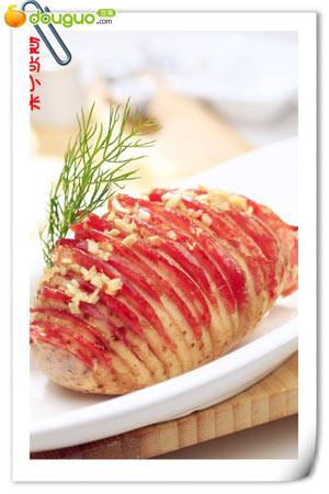 将土豆洗净不去皮,单面切成如图所示滴样子,香肠切片,蒜切成小粒   2