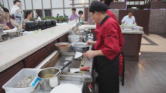 游客现场体验台湾美食