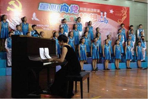 同学们演唱爱国歌曲和童谣