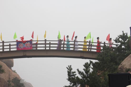 (七夕情侣文化节走鹊桥活动 / 央视网 李响摄)