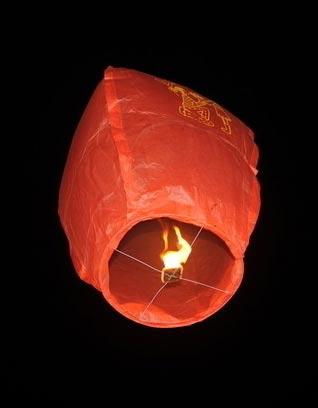 他算准风向,制成会飘浮的纸灯笼,系上求救讯息放上天空,最终得以脱险.