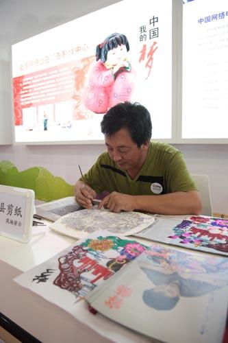 河北省民间工艺美术大师李宝峰现场创作蔚县剪纸作品