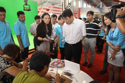 国家新闻出版广电总局副局长田进参观蔚县剪纸创作现场