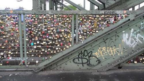"""莱茵河一铁桥挂满""""情锁""""展各式浪漫爱情(图)"""