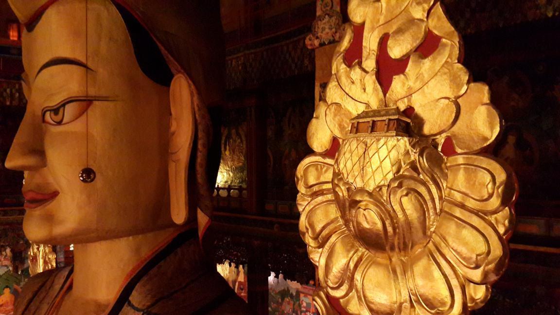 佛像金轮上供奉着一部用纯金著写的黑字经书,据说已有两千多年历史,这也是贡萨寺的镇寺之宝之一。