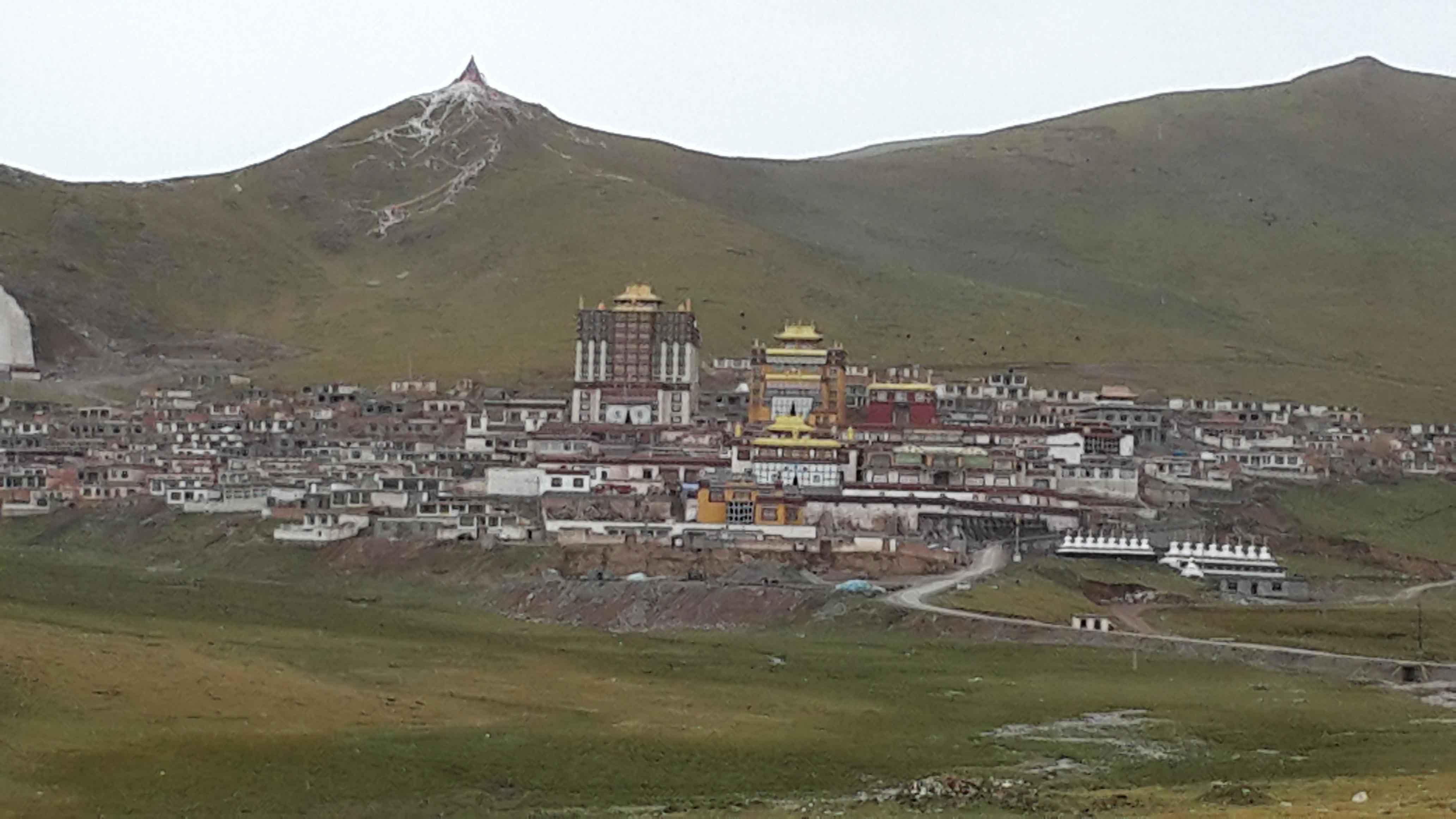 贡萨寺隐于山间,数百年来静静矗立在神山之旁。