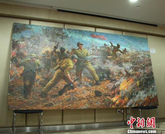图为朝鲜艺术家提供的战争题材油画作品。 吴佳蔚 摄