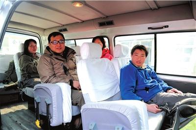 驴友被成功救下山后,坐在车内等待回家。记者王苡萱摄