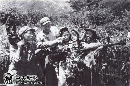 抗美援朝战争期间,在朝鲜人民军女子高射机枪小队拍摄训练及战斗场面