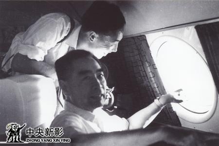 1965年随周恩来总理访问巴基斯坦、坦桑尼亚后,回国途中,总理让拍些云海镜头