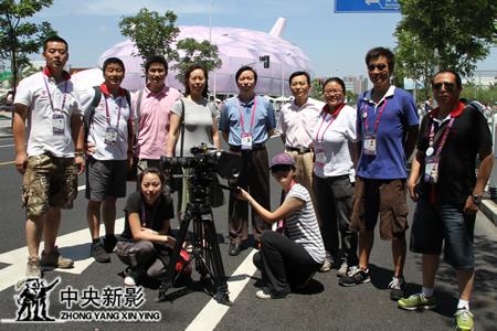 2009年7月,新影集团副总裁、总编辑郭本敏(左五)一行慰问世博会官方电影摄制组。