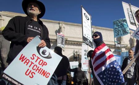 """26日,华盛顿,上千美国民众抗议国安局的监控行为,高喊""""停止监视我们""""。"""
