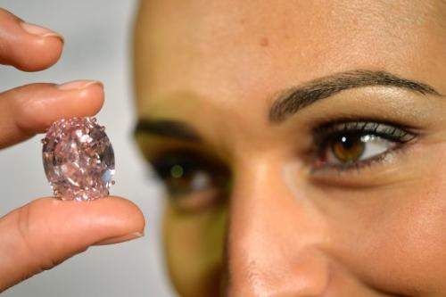 """""""粉红之星""""(Pink Star)粉钻本月13日在瑞士日内瓦拍卖,这枚罕见的宝石最终以8300万美元成交,写下史上宝石拍卖新高。"""