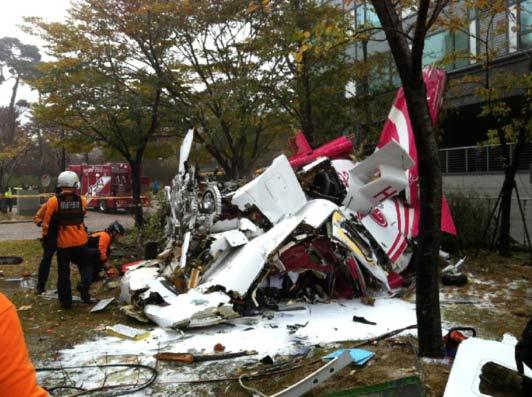 当地时间2013年11月16日,韩国首尔一架直升机撞上高层公寓后坠毁,已致2人死亡。(图片来源:人民网)