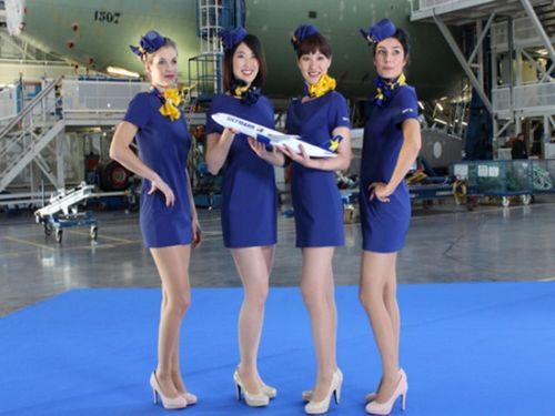 日本一家航企空姐穿俏丽迷你裙制服网友担心走光