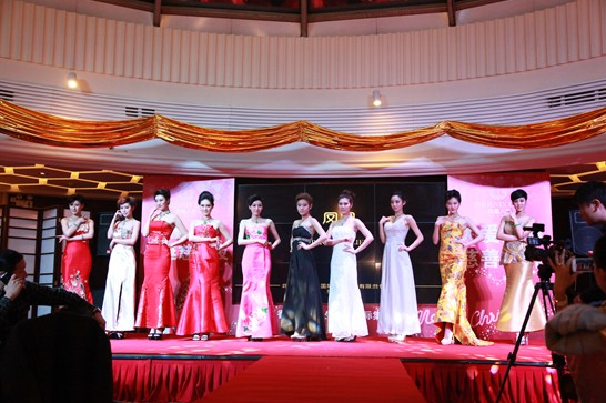 香港凤凰人生珠宝国际集团副总刘文舒女士致欢迎词