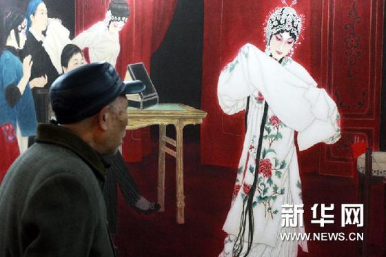 12月28日,一名参观者在展览上欣赏展品。新华网图片 王永卓 摄