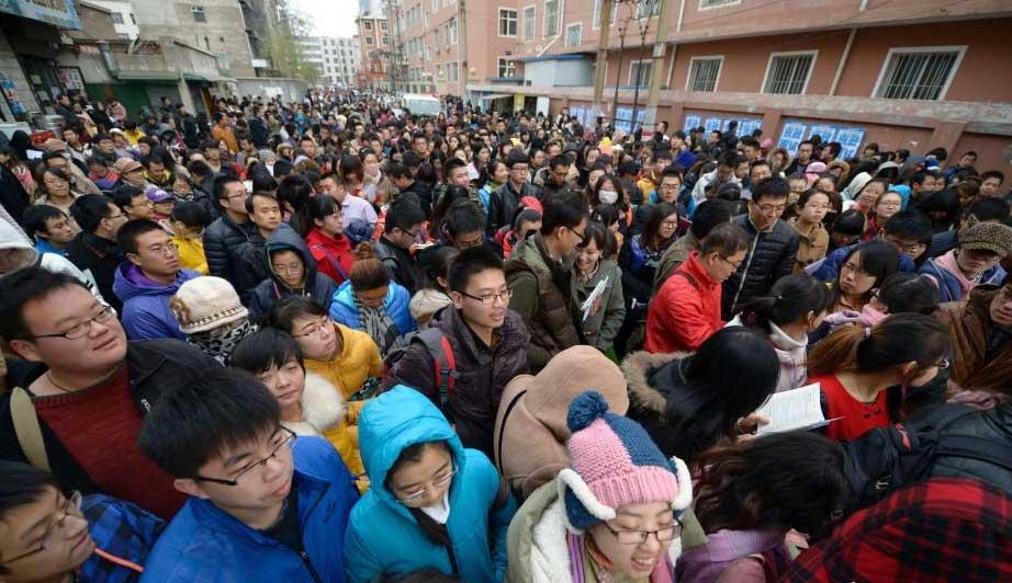 """2014年公务员考试报名人数再次出现""""升温"""",由2013年度的138万人增至本年度的152万人。"""