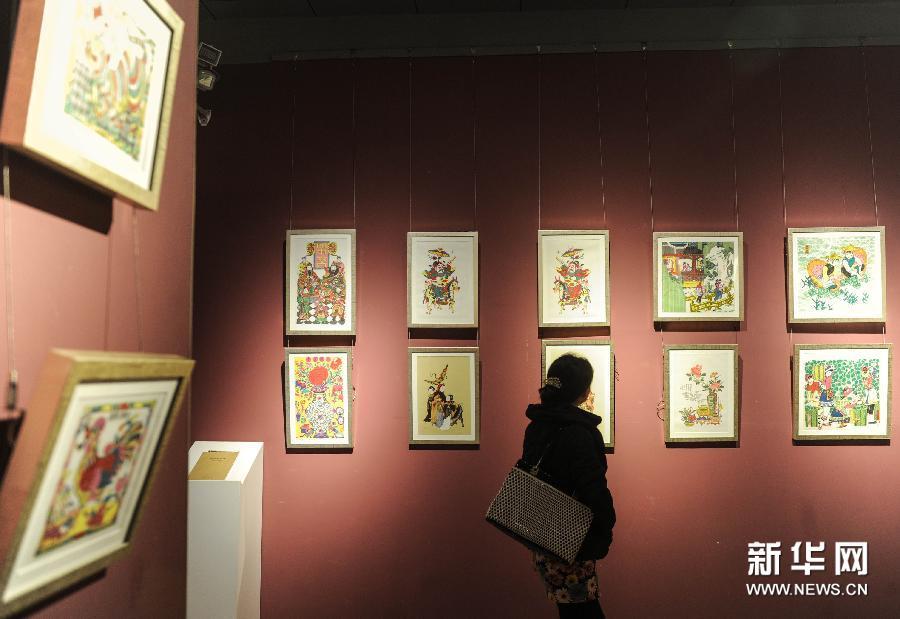 1月1日,观众在北京艺术博物馆观看展出的木版年画。