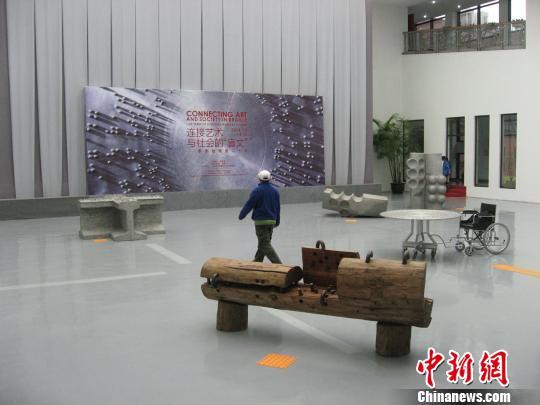 """上海宝山国际民间艺术博览馆举办的""""连接艺术与社会的'盲文'——李秀勤雕塑二十年""""8日揭幕。图为展馆一角。 于俊摄 摄"""